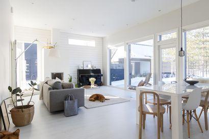 Talo täynnä valoa ja vaaleutta – katso kuvia kodista, jossa suuret ikkunat tuovat luonnon osaksi asumista