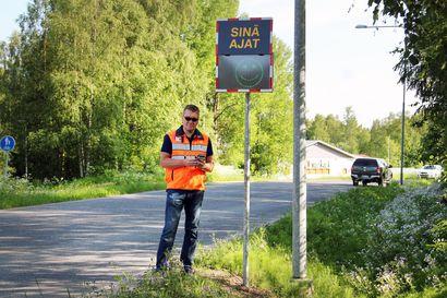 Keminmaan kunta hankki vilkkaille tieosuuksille nopeusnäyttöjä – ensimmäisen viikon ne keräsivät dataa salaa