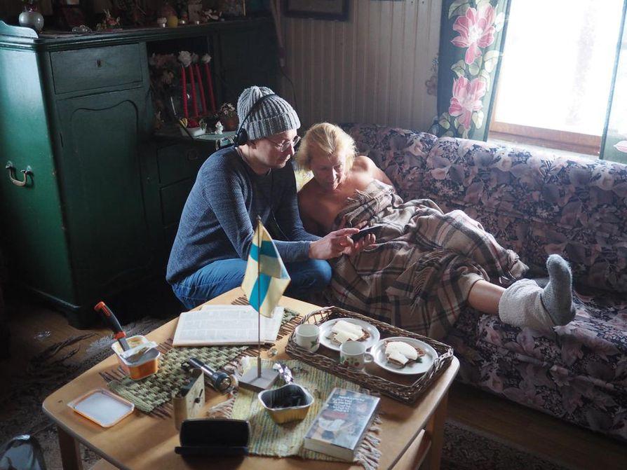 Ohjaaja Mika Ronkainen ja näyttelijä Anne Nielsen valmistautuvat seuraavaan kohtaukseen.