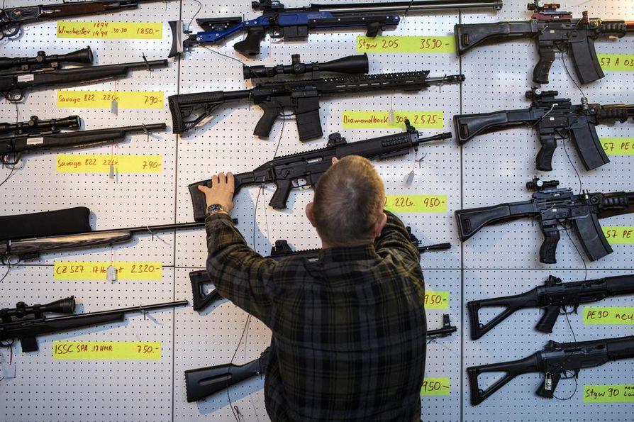 Uusi-Seelanti haluaa yksityiskansalaisilta pois puoliautomaattiset aseet. Tämä kuva on Sveitsistä, joka myös kiristää aselakejaan.