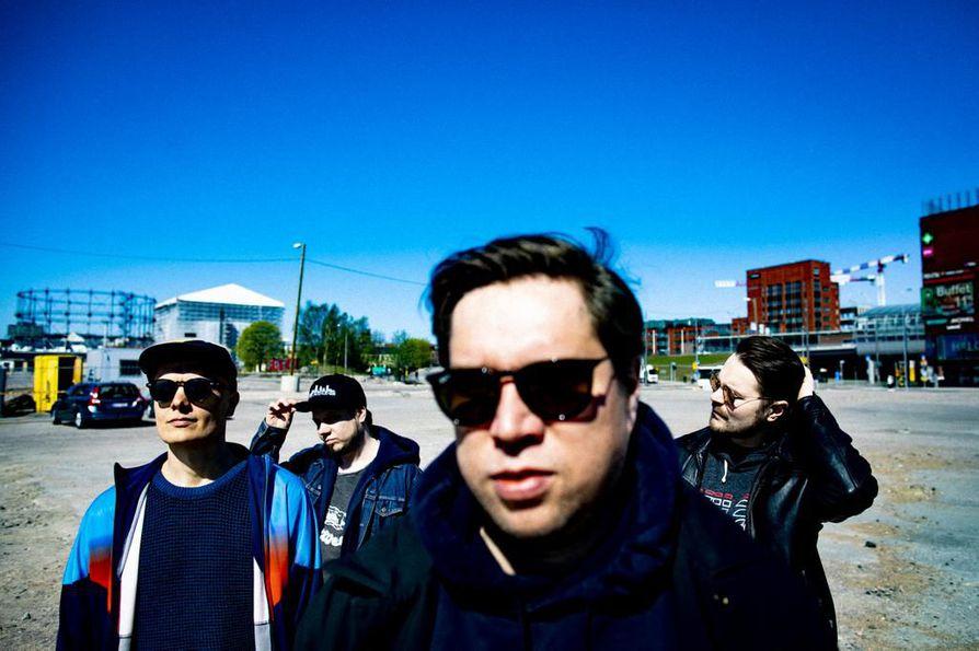 Ilmiliekki Quartet on julkaissut kolme omaa albumia ja kaksi laulaja Emma Salokosken kanssa. Uutuudella Olavi Louhivuori (vasemmalla), Tuomo Prättälä, Antti Lötjönen ja Verneri Pohjola seikkailevat tosimiesten maassa.
