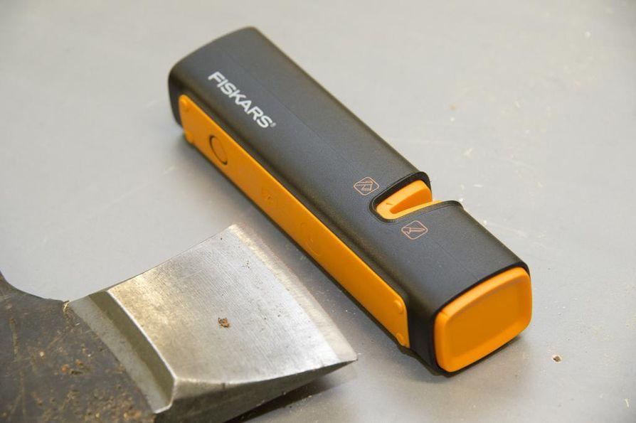 Fiskars valmistaa monipuolisesti tuotteita alkaen työkaluista ruokapöydän astioihin. Tässä käsikäyttöinen Fiskarsin pöytäterotin.