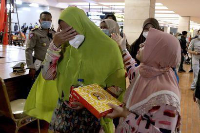 Matkustajakoneen pelätään pudonneen mereen Indonesiassa – katosi tutkasta vain neljä minuuttia nousun jälkeen, lensi väärään suuntaan ennen sitä