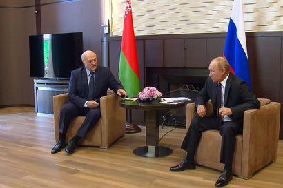Putin pelastaa Valko-Venäjän Lukashenkon hataran valta-aseman miljardilainalla – Putinin kehonkieli ja esiintyminen näyttivät Venäjällä vierailleelle Lukashenkolle kaapin paikan