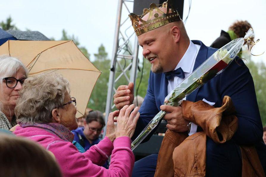 Tangokuningas Johannes Vatjus sai lämpimän vastaanoton kotikaupungissaan Haapavedellä maanantai-iltana.