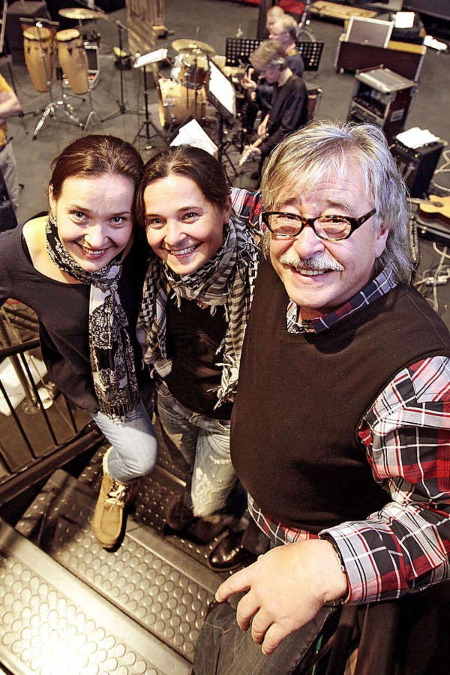 Matti Esko esiintyy tänään ensimmäistä kertaa yhdessä molempien tyttäriensä, Anna Eskonniemen (vas.) ja Kaisa Eskonniemen kanssa  kotikaupungissaan Oulussa.