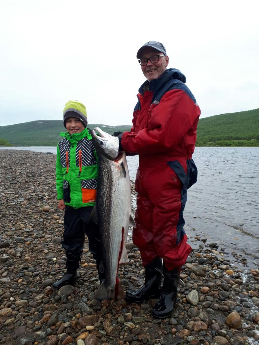 Hymy on herkässä näillä kalamiehillä, eikä suotta! Kala-Kalle väsytteli juuri 17,6 kg:n Tenon lohen, melkoinen suoritus 11- vuotiaalta! Kuvassa myös Erkki-pappa, kuvaajana isä Juha.