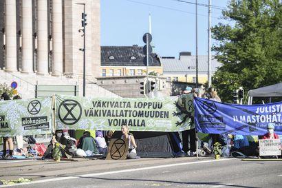 Elokapinan mielenosoitus eduskuntatalon edustalla päättyi poliisin tyhjennettyä kadun – Yle: mielenosoituksesta pidätetty yli sata henkilöä