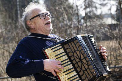 Esa Honkanen oli työtön ravintolamuusikko, kunnes eräs vierailu vanhainkodissa muutti elämän suunnan – Nyt hän pohtii, ovatko suomalaiset molli- vai duurikansa