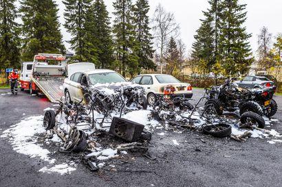 Autopalo Keminmaan koulukeskuksessa: Mopoautosta lähtenyt palo levisi neljään muuhun ajoneuvoon ja vaurioitti kahta muuta