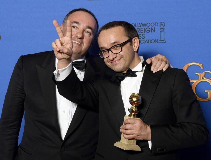 Venäläinen ohjaaja Andrev Zvyagintsev ja venäläinen tuottaja Alexander Rodnyansky poseeraavat parhaan vieraskielisen elokuvan palkinnon kanssa.