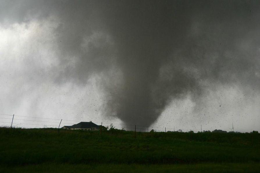 Tornadon ääni on uskomaton, Jari Ylioja sanoo. Ylioja onnistui kuvaamaan tornadoa lähietäisyydeltä.