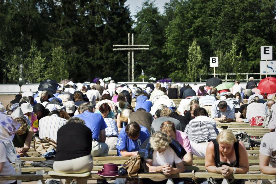 Herättäjäjuhlien lopuksi Haapajärvellä polvistuttiin rukoukseen.