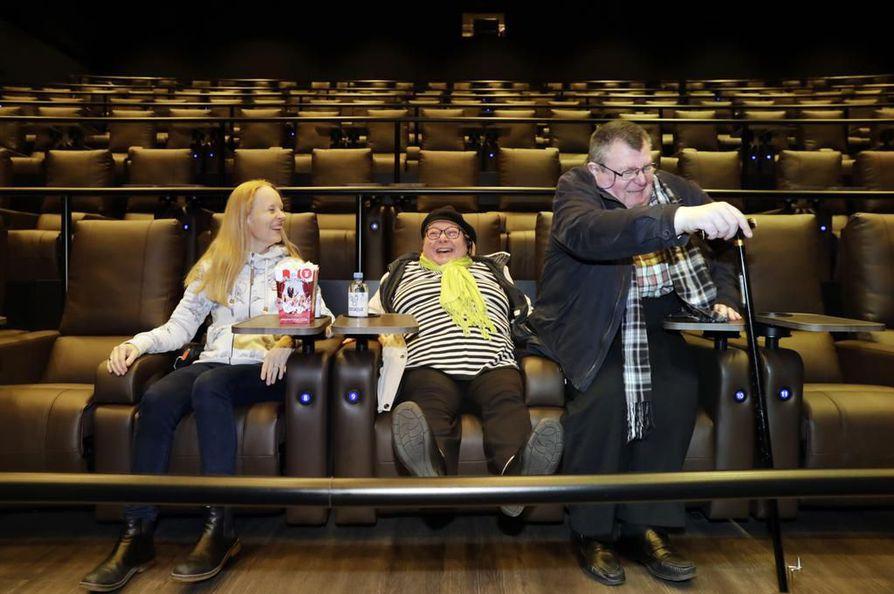 Anna Asplund (vas.), Maija Pesonen sekä Sauli Pesonen testasivat Kalevan pyynnöstä Finnkino Plazan uuden Luxe-salin takapuolituntuman.