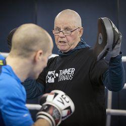 """Nuorista saa energiaa, sanoo 80-vuotias oululainen nyrkkeilyvalmentaja Taisto Alatalo ja pujottautuu kehään –""""Jos ei ole mitään, rupeaa pää pirraamaan"""""""