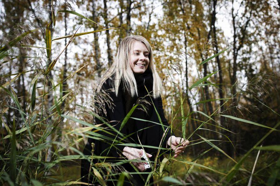 Kuivakukkatrendistä innostunut Patricia Karjula viihtyy syksyisin heinänkeruuhommissa kotimaisemissaan Lempäälässä.