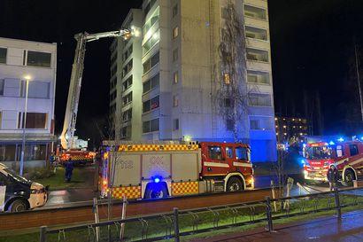 Poliisi epäilee: Kerrostalossa on sytytetty tahallaan kaksi tulipaloa viikon sisään – Rajakylän tulipaloista kaivataan havaintoja