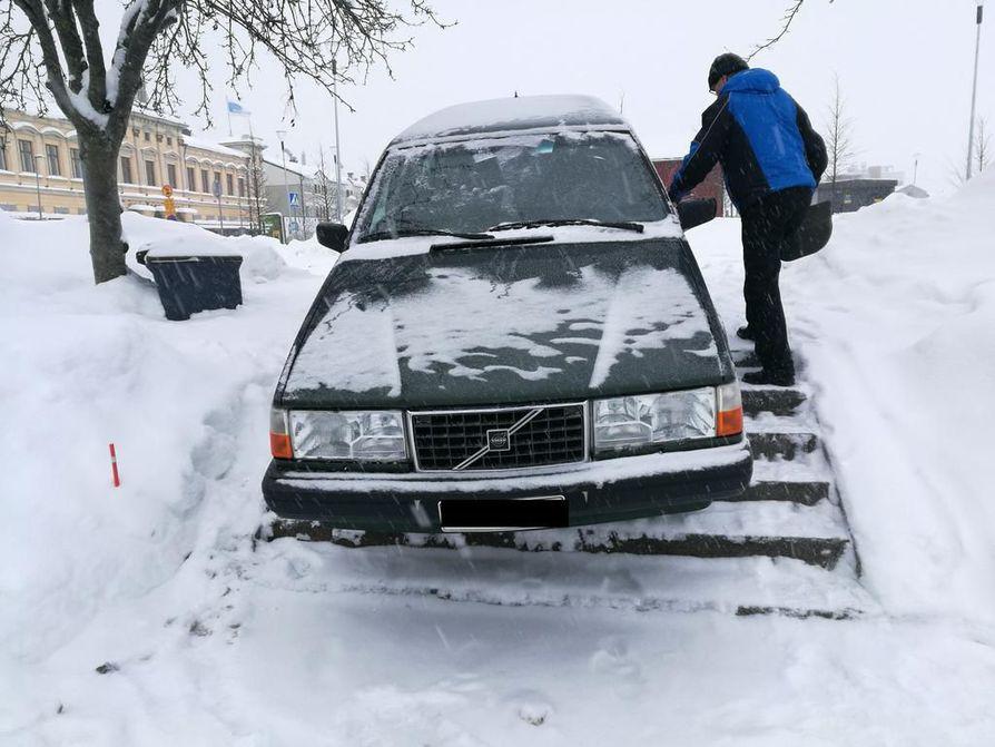 Oulun Torinrannassa sijaitsevan parkkialueen portaisiin ajanut auto saatiin pois hinausauton avulla.