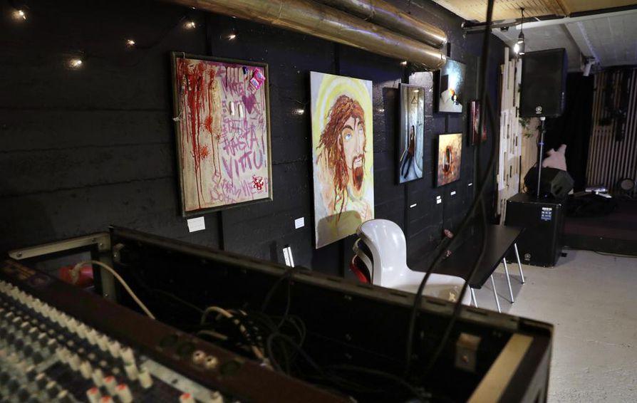 Bingon avajaisissa testattiin muun muassa akustiikan toimivuus. Esiintymislavalle kapusi tuolloin niin rokkibändiä kuin performanssitaiteilijaakin. Avajaisia varten tilan seinille ripustettiin myös taidenäyttely.