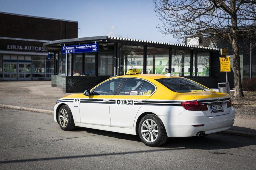 Oulun Aluetaksin autot saavat yhtenäisen ilmeen.
