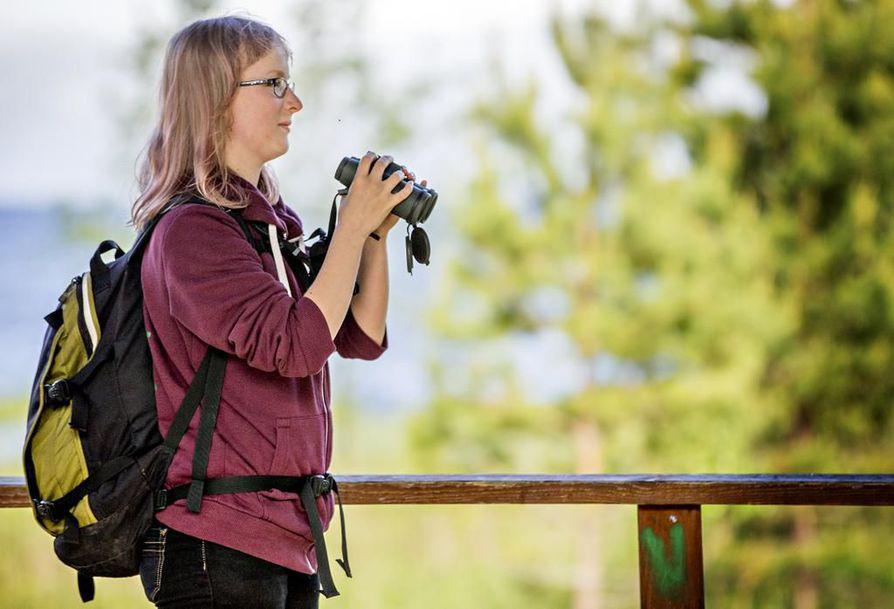 Biologi Aija Lehikoinen on intohimoinen lintubongari ja lintuharrastaja.