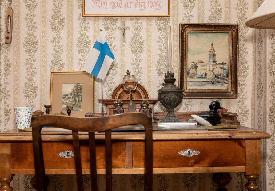 Eevilässä on säilynyt vanhantyylinen sisustus tapetteineen ja huonekaluineen.