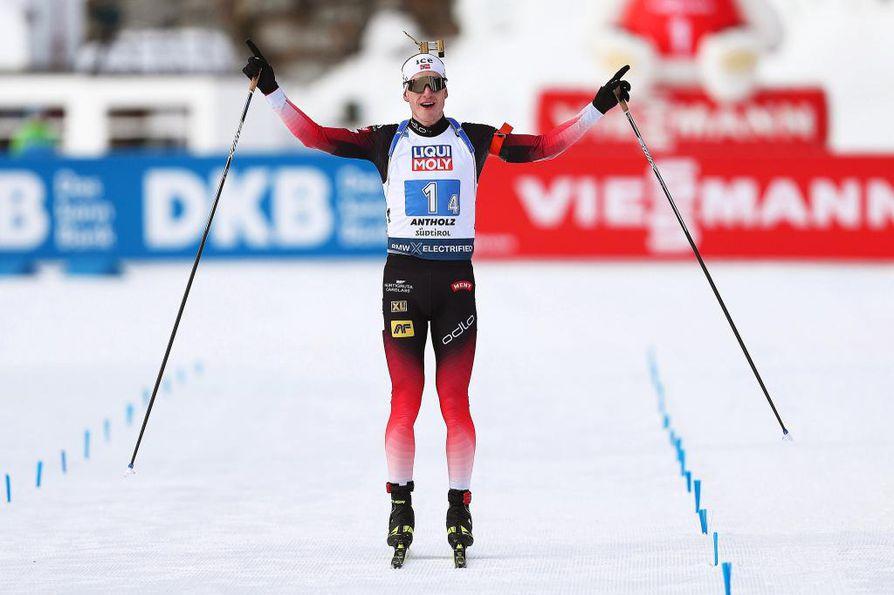 MM-kisojen avausmatkan sekaviestin voitti Norja. Joukkueen ankkuri oli Johannes Thingnes Bö (kuvassa).