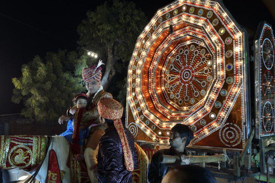 Intiassa häitä juhlitaan monta päivää näyttävin menoin. Ei ole lainkaan tavatonta, että länsituristi kutsutaan lennosta mukaan intialaisiin häihin.