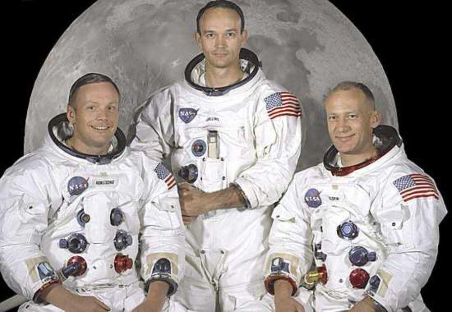 Neil Armstrong (vas.), Michael Collins ja Buzz Aldrin kuvattiin astronauttipuvuissa ennen kuulentoa.