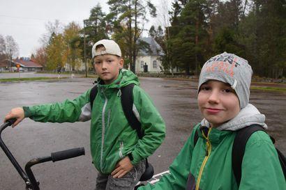 Sankaripojat palkittiin nopeasta toiminnasta – kunta hakee kaksikolle myös hengenpelastusmitalia