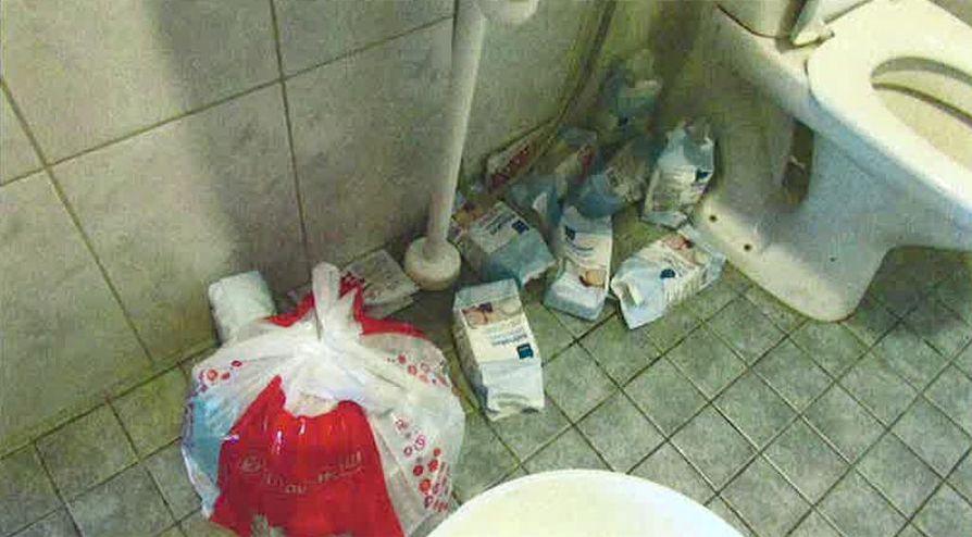 Pesuhuoneen lattialta löytyi runsaasti tyhjiä sokeri- ja hiivapaketteja.