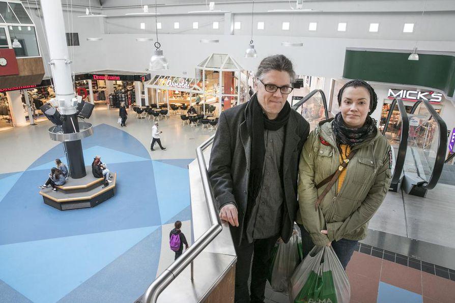 Oululaiset Janne Väänänen ja Outi Saario menevät ohikulkumatkalla sinne, mikä sattuu matkan varrelle oli se sitten kauppa tai kauppakeskus. Tällä kertaa ruokakauppa sattui olemaan Zeppelinissä.