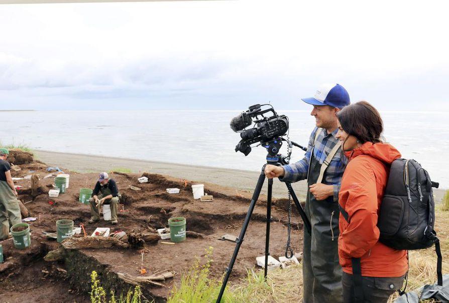 Dokumenttiprojektin edetessä Luokkala on joutunut myös työhön arkeologisilla kaivauksilla. Kuvassa Luokkala ja dokumentin tuottaja Mischa Hedges Nunalleqin arkeologisilla kaivauksilla. Vain muutama viikko kuvausryhmän poistumisen jälkeen koko kaivausalue huuhtoutui mereen.