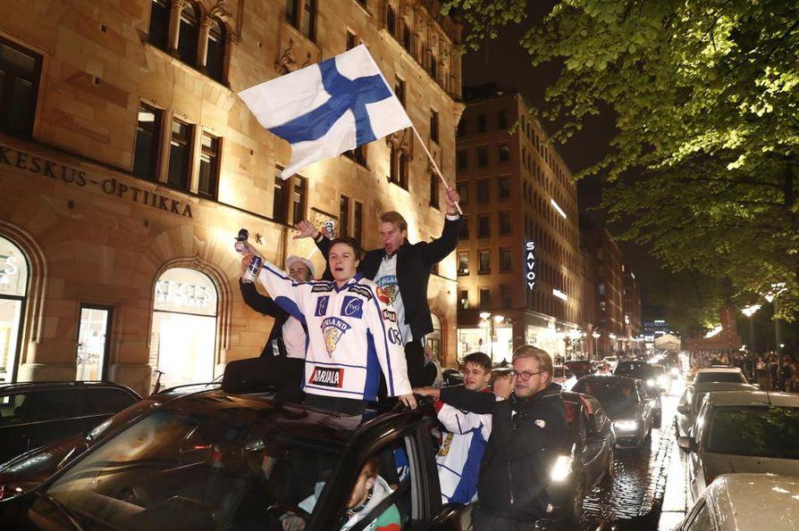 Ihmiset lähtivät juhlimaan yöllä Helsingin keskustassa.