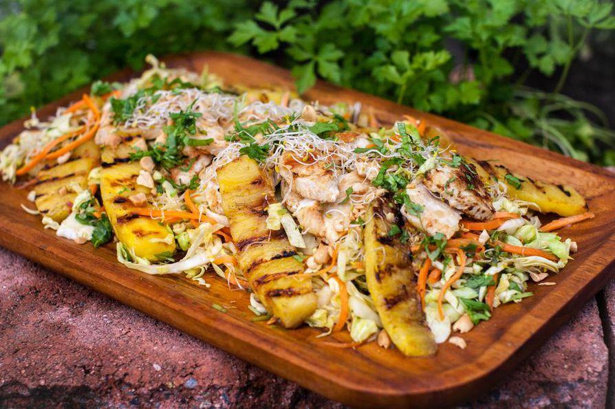Suikaloitu kaali ja porkkana tekeytyvät aasialaisessa kastikkeessa maukkaaksi salaattipohjaksi, joka maistuu seuraavanakin päivänä.