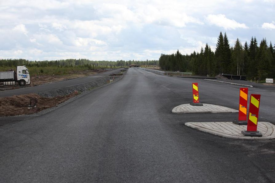 Hanhikiven niemelle johtava tie on nyt valmis. Kuva otettu työmaalta heinäkuussa.