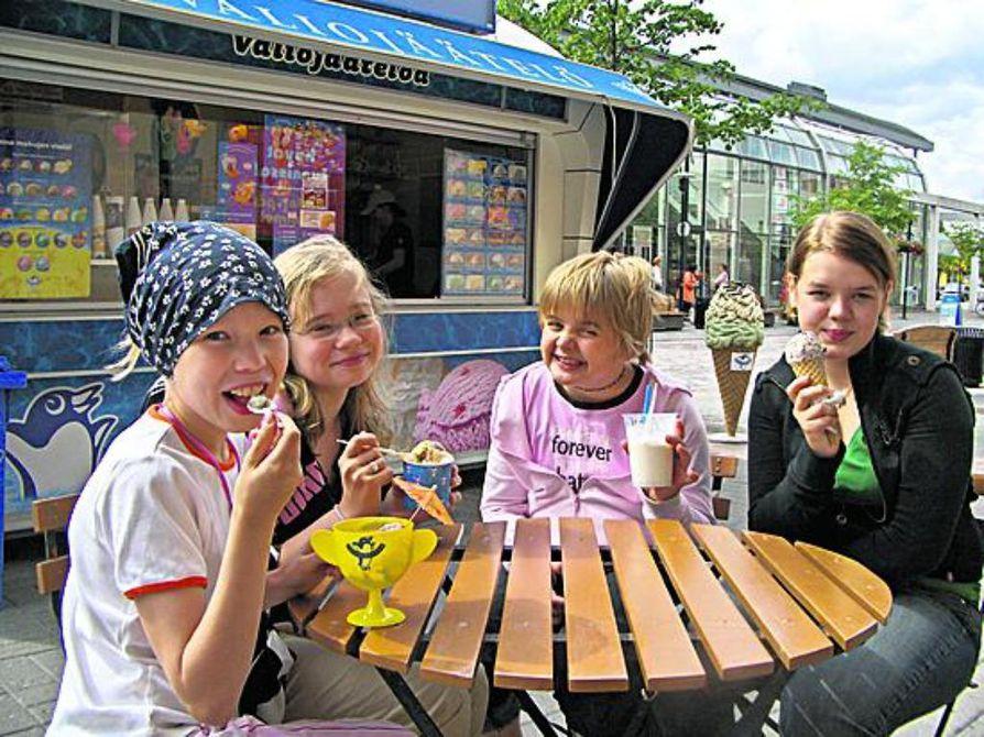 Kesä maistuu Kokkolassa. Kempeleläiset Anni ja Iida Vanhala haaveilevat serkkujensa Helena ja Sonja Välikankaan kanssa kesätyöstä jäätelökopissa.