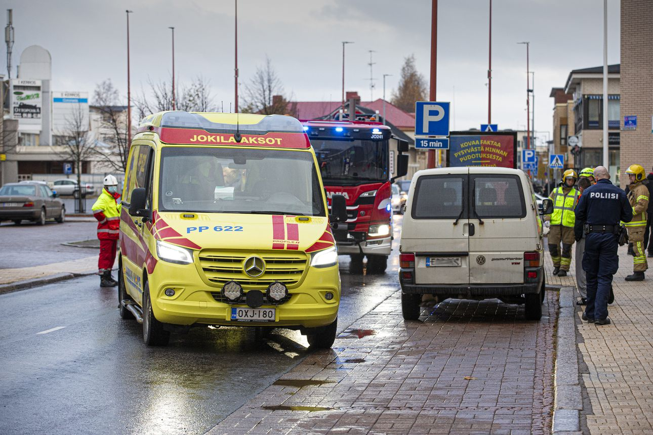 Mopo törmäsi pakettiautoon Raahen keskustassa – kaksi lensi asvalttiin
