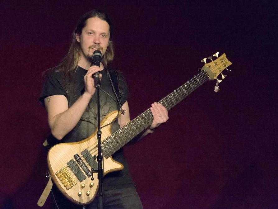 Musiikista tuli osa Ville Saarenkedon komiikkaa jo uran alkuvaiheessa. Ensimmäinen keikka kitaran kanssa meni mönkään, mutta pian hän asteli lavalle basson ja kitaran kanssa.