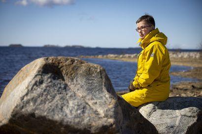"""Oululaiskirjailija Katja Törmänen matkusti kuukaudeksi Orkneysaarille Skotlantiin ja kulki jalkaisin saadakseen tuntumaa uutuusromaaninsa maisemaan: """"Tuli tunne, että näin näillä niityillä ja kallioilla on kävelty jo tuhansia vuosia"""""""
