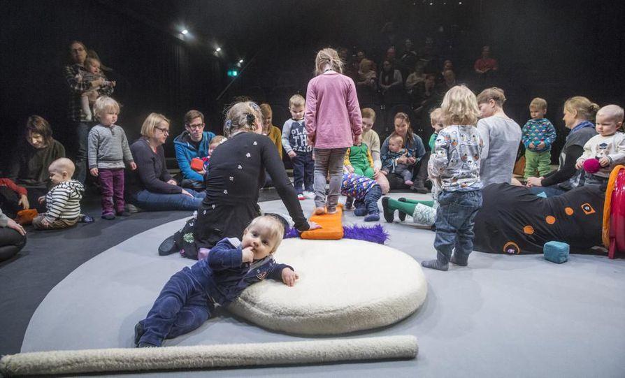 Lapsissa on tulevaisuus. Vakava vauvakato uhkaa Suomen tulevaisuutta. Nämä lapset eivät vielä tiedä, miten suuret odotukset heihin kohdistuvat. Vauvat, taaperot ja leikki-ikäiset saivat testata Oulun lasten ja nuorten teatterifestivaalien avajaisnäytännössä vuonna 2015 teatterin pehmotyökaluja.