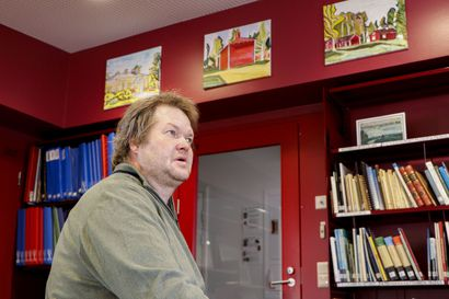"""Tonin Limingan kirjaston kotiseutukokoelmaan lahjoittama  taide taltioi historiaa – """"Nämä ovat kiitos kulttuuriavustuksista, joita kunta on minulle myöntänyt. Tuntuu tärkeältä antaa jotain takaisin"""""""