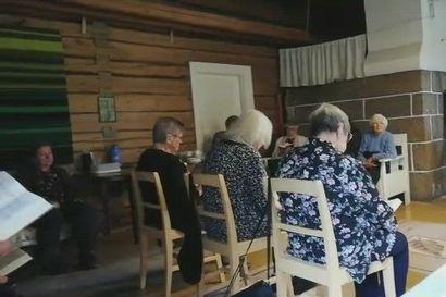 Saaren hirsipirtti Järvikylässä antoi tunnelmalliset puitteet maakirkolle ja jumalanpalvelukselle