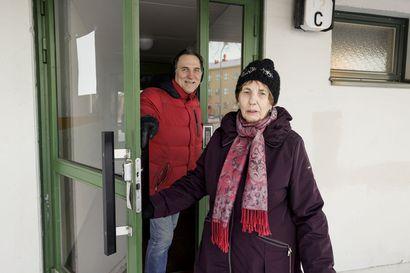 Oululaisen Marja-Liisa Oravan piti muuttaa uudesta kodistaan – tupakoivaa naapuria on vaikea saada kuriin: tarkastajalla on kiire ja asuntokohtainen kielto harvinaisuus