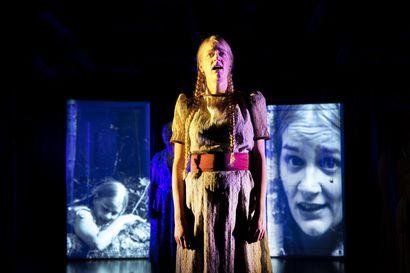 Oulu-opiston Uusi Teatteri teki Minna Canthin Anna Liisasta laulavan tulkinnan – katso kuvat kymmenhenkisen teatteriryhmän harjoituksista Teatterikuopalla