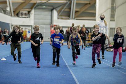 """Lasten paluu liikuntaharrastusten pariin täytti Ouluhallin naurulla ja riemulla – """"On tuntunut siltä, että lapset ovat joutuneet maksamaan aikuisten virheistä"""""""