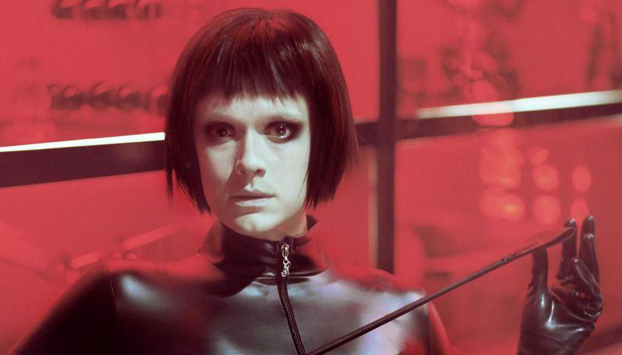 Krista Kosonen näyttelee Koirat eivät käytä housuja -elokuvassa dominana työskentelevää Monaa.