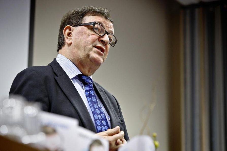 Europarlamentaarikko Paavo Väyrynen tavoittelee kuntavaaleissa äänestäjiä Helsingistä.