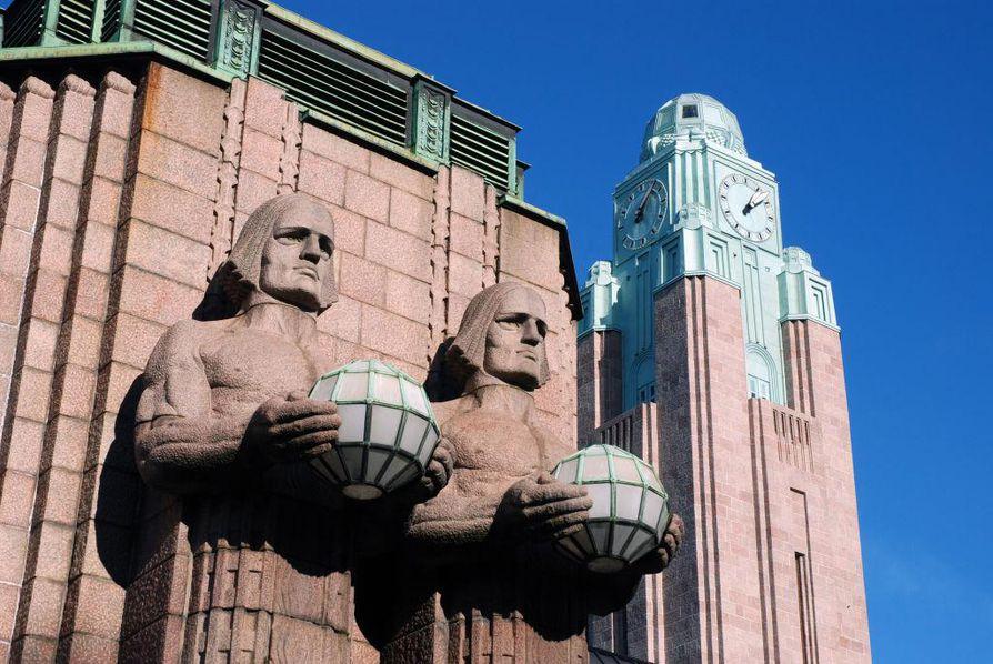 Helsingin päärautatieaseman kivimiespatsaille ripustetaan yhtyeen konsertin kunniaksi Kiss-kasvomaalaukset.