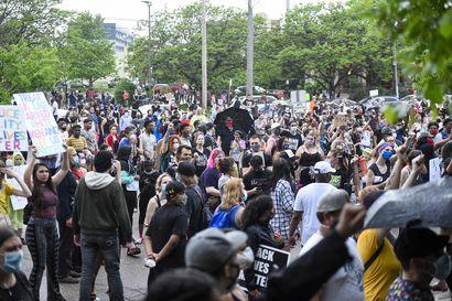 Protesteja Yhdysvaltain Minneapolisissa pidätetyn mustan miehen kuoltua poliisin käsissä